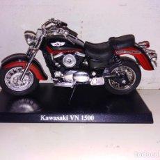 Motos a escala: MOTO A ESCALA MAISTO CON PEANA KAWASAKI VN 1500. Lote 143728242