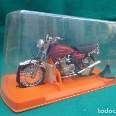 Motos a escala: MOTO GILLOY..EN VITRINA DE PLASTICO..KAWASAKY..METAL Y PLASTICO..ESCALA APROX MADELMAN..PRECIOSA.. Lote 147071666