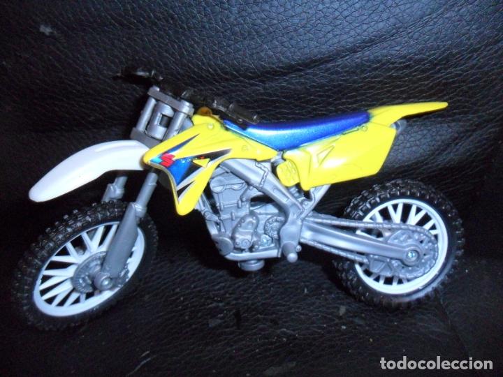 MOTO DE MOTOCROSS SUZUKI - NEW RAY TOYS - (Juguetes - Motos a Escala)