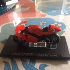 Motos a escala: MOTO ESCALA 1:24 YAMAHA YZR-M1 CARLOS CHECA AÑO 2002. Lote 180181570