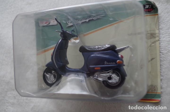 Motos a escala: Vespa 125 ET4 1996 moto metal en miniatura escala 1/18 Maisto - Foto 2 - 262046805
