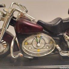 Motos a escala: MOTO HARLEY CON PEANA Y RELOJ 28 X 15 DE ALTO. Lote 214232935