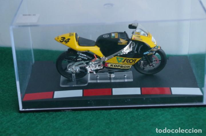 Motos a escala: HONDA 125 - ANDREA DOVIZIOSO 2004 -1/24 - Foto 2 - 218726681