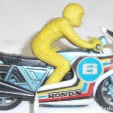 Motos a escala: MOTO HONDA METÁLICA CON CARENADO Y PILOTO DE PLÁSTICO. Lote 218940188