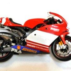 Motos a escala: MOTOCICLETA DUCATI DESMOSEDICI Nº 65 MOTO GP 2003 LORIS CAPIROSSI, IXO ,1:18, 1/18, NO A SIDO RODADA. Lote 223134511