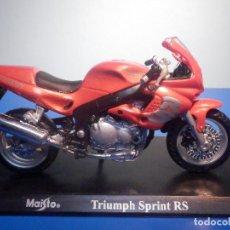 Motos a escala: MOTO - MINIATURA A ESCALA - TRIUMPH SPRINT RS - ROJA METALIZADA - ESCALA 1.18 - CON PEANA - MAISTO. Lote 226279150
