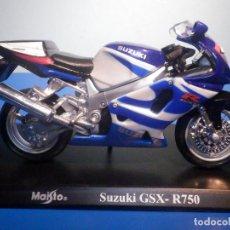 Motos a escala: MOTO - MINIATURA A ESCALA - SUZUKI GSX-R750 - AZUL-BLANCA - ESCALA 1.18 - CON PEANA - MAISTO. Lote 226281771