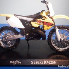 Motos a escala: MOTO - MINIATURA A ESCALA - SUZUKI RM250 - AMARILLA - ESCALA 1.18 - CON PEANA - MAISTO. Lote 226283485