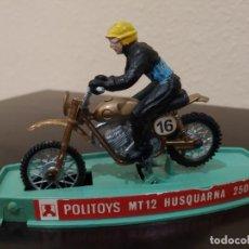 Motos a escala: MOTO POLITOYS MT12 HUSQUARNA 250 -AÑOS 70- CON PILOTO Y CAJA, MADE IN ITALY. Lote 226412910