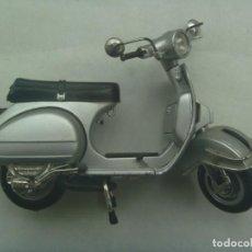 Motos a escala: BONITA MAQUETA DE MOTO VESPA , DE NEW RAY , MADE IN CHINA. Lote 243661950