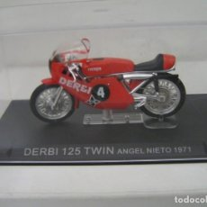 Motos in scale: MAQUETA MOTO OFERTA: DERBI 125 TWIN ANGEL NIETO (1971) - ESCALA 1/24 - CON URNA NUEVO - VER FOTOS.. Lote 259064075