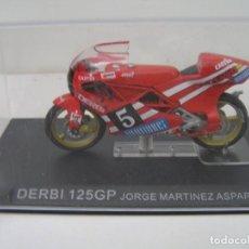 Motos a escala: MAQUETA MOTO OFERTA: DERBI 125 GP JORGE MARTINEZ ASPAR (1988) - ESCALA 1/24 - CON URNA NUEVO - VER. Lote 233370430