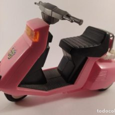 Motos in scale: MOTOCICLETA - SCOOTER VINTAGE - CHARMY RIDE ROSA - TAMAÑO APROX. BARBIE. Lote 242406845