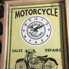 Motos a escala: RELOJ VINTAGE ANTIGUO Y TRES MOTOCICLETAS A ESCALA.. Lote 248696265