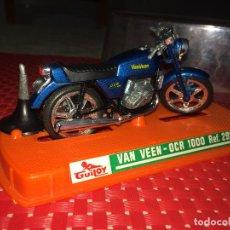 Motos a escala: MOTO VAN VEEN - OCR 1000 - GUILOY - REF. 291 - EN URNA Y CON PEANA. Lote 255651770
