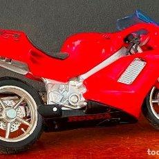 Motos a escala: MOTO HONDA A ESCALA DE DE PLASTICO DURO, REPOSA PIES VOLANTE ABATIBLE 58 GR LARGO 12 CM ALTO 7CM. Lote 262179590