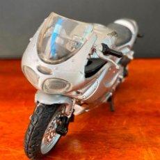 Motos a escala: MOTO TRIUMPH A ESCALA DE DE PLASTICO DURO, REPOSA PIES VOLANTE ABATIBLE 70 GR LARGO 12 CM ALTO 7CM. Lote 262219365