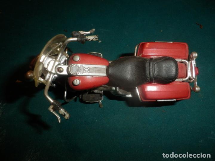 Motos a escala: MOTO HARLEY DAVIDSON ROAD KING - MAISTO- MOTOCICLETA COLOR GRANATE/ROJO O SIMILAR - Foto 2 - 262844210