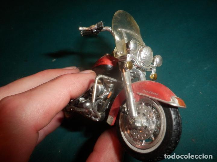 Motos a escala: MOTO HARLEY DAVIDSON ROAD KING - MAISTO- MOTOCICLETA COLOR GRANATE/ROJO O SIMILAR - Foto 3 - 262844210
