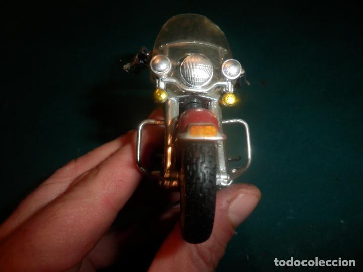 Motos a escala: MOTO HARLEY DAVIDSON ROAD KING - MAISTO- MOTOCICLETA COLOR GRANATE/ROJO O SIMILAR - Foto 4 - 262844210