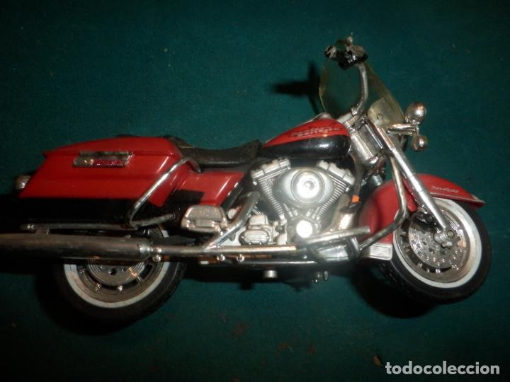 Motos a escala: MOTO HARLEY DAVIDSON ROAD KING - MAISTO- MOTOCICLETA COLOR GRANATE/ROJO O SIMILAR - Foto 5 - 262844210