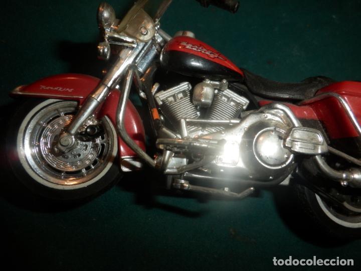 Motos a escala: MOTO HARLEY DAVIDSON ROAD KING - MAISTO- MOTOCICLETA COLOR GRANATE/ROJO O SIMILAR - Foto 9 - 262844210