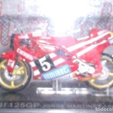Motos in scale: DERBI 125 GP JORGE MARTINEZ ASPAR AÑO 1988 ESCALA 1,24 DE METAL CON SU URNA..BONITA. Lote 263733075