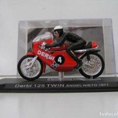 Motos a escala: MOTO CON PILOTO : ANGEL NIETO - DERBI 125 TWIN AÑO 1971- ESCALA 1/24 - CON URNA. - MAQUETA NU. Lote 269576423