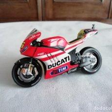 Motos in scale: MAISTO 1/18 MOTO DUCATI DESMOSEDICI 46 VALENTINO ROSSI 2011. Lote 276524913