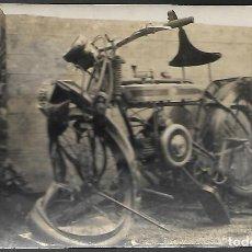 FOTO POSTAL DE UNA MOTO O MOTOCICLETA DOUGLAS ACCIDENTADA, FECHA DE 1928, SIN CIRCULAR.
