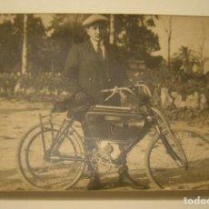 Motos: MOTOSACOCHE MOTOCICLETA SUIZA C.1900 FOTOGRAFIA EN SOPORTE POSTAL SIN CIRCULAR. Lote 169242312