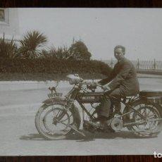 Motos: ANTIGUA FOTO POSTAL DE TARRAGONA, CABALLERO CON MOTOCICLETA B.S.A. AÑOS 20, MATRICULA DE TARRAGONA T. Lote 179218346