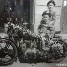 Motos: MOTOCICLETA BSA. MATRÍCULA BARCELONA. ANTIGUA FOTO TAMAÑO POSTAL. Lote 195869518