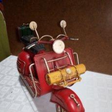 Motos: BONITA MOTO VESPA DE CHAPA MUY ANTIGUA A ESCALA. Lote 216719751