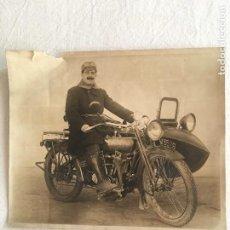 Motos: ANTIGUA FOTOGRAFÍA ARTÍSTISTICA. MOTORISTA EN MOTO HARLEY DAVIDSON CON SIDECAR. M3578. C.1920.. Lote 225761050