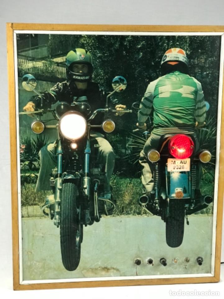 Motos: ANTIGUO PANEL LUMINOSO. CARTEL APRENDIZAJE AUTOESCUELA MOTO KAWASAKI. CON LUCES. FUNCIONANDO - Foto 3 - 254816405