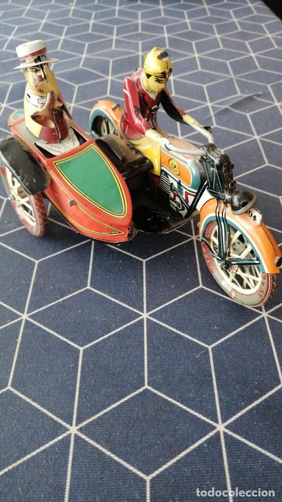 CARRERA PAREJA MOTORISTAS JAPONESES SIDECAR HOJALATA BUEN ESTADO RUEDAS MOVILES 20X10CMS (Coches y Motocicletas - Motocicletas Antiguas (hasta 1.939))