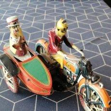 Motos: CARRERA PAREJA MOTORISTAS JAPONESES SIDECAR HOJALATA BUEN ESTADO RUEDAS MOVILES 20X10CMS. Lote 287216188