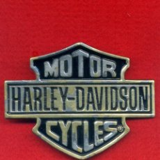 Motos: MOTOR HARLEY DAVIDSON. HEBILLA LATÓN MACIZO BARON SHEILD LOGO H 302. EDICIÓN 1983.. Lote 107240075