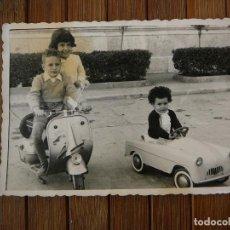 Motos - Fotografía niño con Vespa y niña con coche deportivo. 7x10 cm. - 107713747