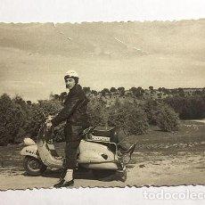 Motos: MOTO VESPA. MADRID. FOTO B/N. AÑOS 50. 10 X 7 CM. BUEN ESTADO.. Lote 156697370