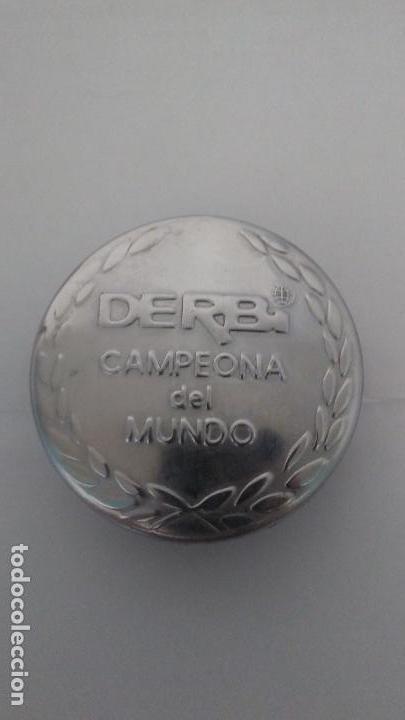 TAPÓN DERBI RABASA CAMPEONA DEL MUNDO EN MUY BUEN ESTADO GOMA PERFECTA (Coches y Motocicletas - Motocicletas Clásicas (a partir 1.940))