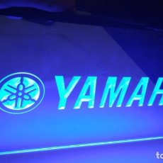 Motos: CARTEL LUMINOSO YAMAHA RETROILUMINADO LED CUADRO VINTAGE LOGO MOTO MARCA CLASICA MAQUETA. Lote 173169723