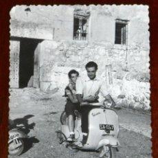 Motos: FOTOGRAFIA DE MOTO VESPA, AÑO 1958, MIDE 10 X 7 CMS.. Lote 288863613