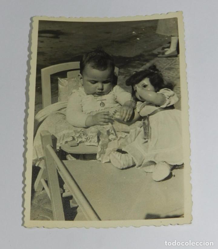 FOTOGRAFIA DE NIÑA CON MUÑECA CAYETANA, FECHADA EN 1954, MIDE 10 X 7 CMS. APROXIMADAMENTE. (Juguetes - Muñeca Española Clásica - Cayetana)