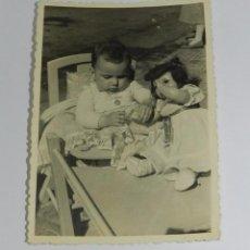 Muñeca Cayetana: FOTOGRAFIA DE NIÑA CON MUÑECA CAYETANA, FECHADA EN 1954, MIDE 10 X 7 CMS. APROXIMADAMENTE.. Lote 83795632