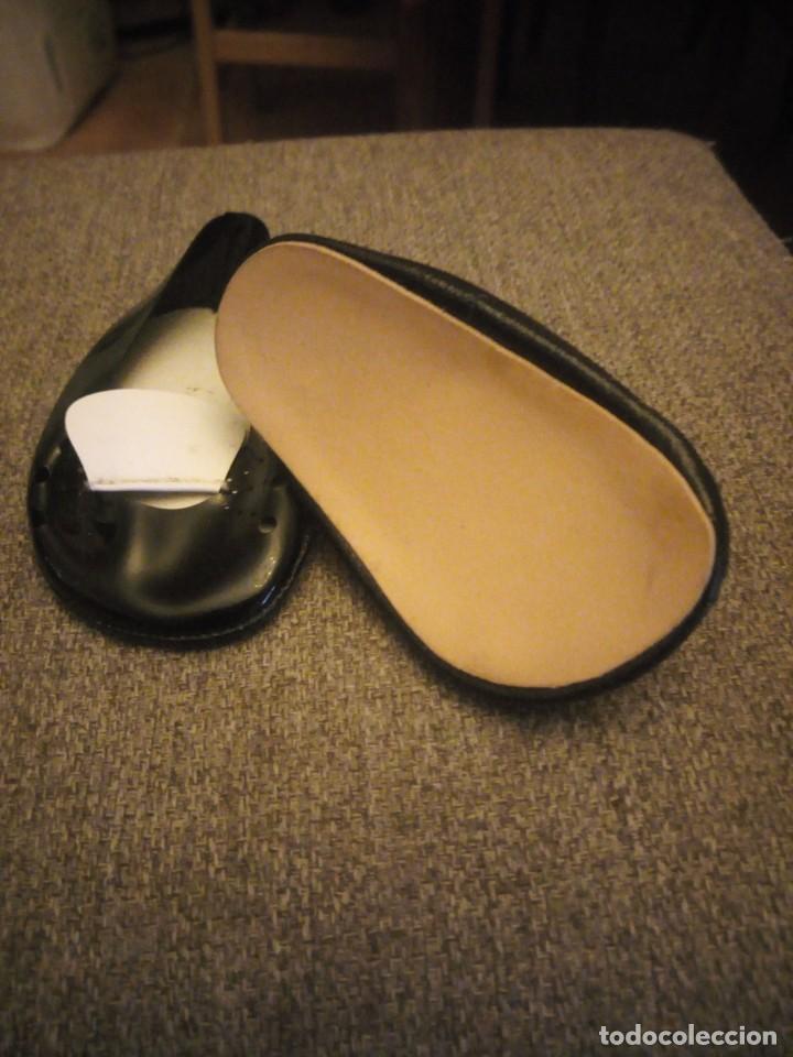 Muñeca Cayetana: Preciosos zapatos de charol con solapa para muñeca cayetana o similares. - Foto 3 - 209800003