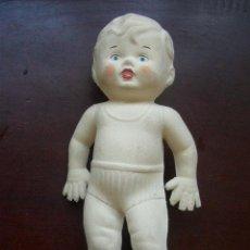 Muñeca española clasica: PEQUEÑO MUÑECO DE GOMA -CON PITOS EN LOS PIES- MIDE 16 CM. VER FOTOS. Lote 22692742