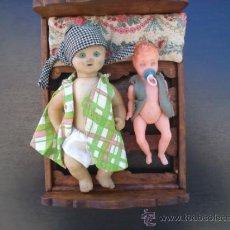 Muñeca española clasica: CAMA DE MADERA Y DOS MUÑECOS. Lote 32757038