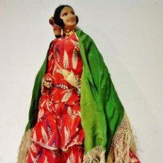 Muñeca española clasica: MUÑECA ANTIGUA CON TRAJE ORIGINAL COMPLETO DE SEVILLANA CON MANTÓN. CUERPO Y CARA DE TRAPO. . Lote 97758051